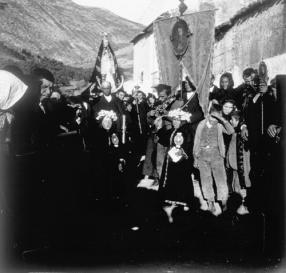Los Angelillos Negros durante la procesión de la Madrugá. Fuente: colección Cerdá y Rico.