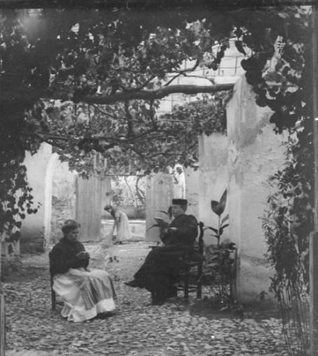 El prior Pugnaire en el patio de la casa rectoral. Fuente: colección Cerdá y Rico.