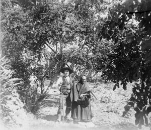 El Tío botija y su mujer en el huerto de Cerdá, ataviados con trajes típicos. Colección: Cerdá y Rico.