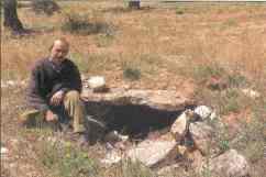 Megalito del cerro de los Chotos y su descubridor. Fuente: Jaén pueblos y ciudades