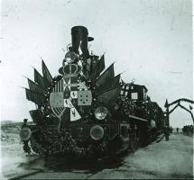 Locomotora inaugural engalanada con banderas de España, Almería, Granada y Jaén