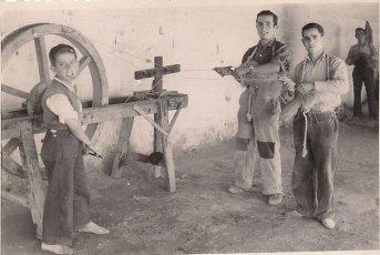 """Trabajadores en la industria del esparto durante los cincuenta. Fuente: Francisco Quesada a través del grupo """"fotos para el recuerdo"""" de Facebook."""