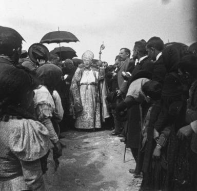 Momento de la bendición por parte del obispo de Guadix. Fuente: colección Cerdá y Rico.