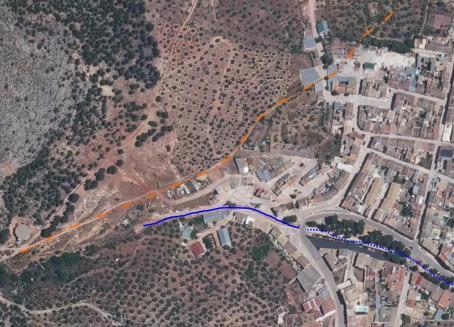 Ortofoto actual donde se marca el trazado del fallido canal (naranja) y el encauzamiento del barranco (morado)