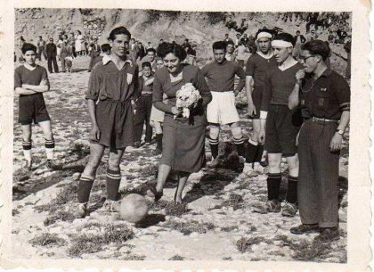 """Junio de 1951.- Magdalena Herrera hace el saque de honor. Fuente: """"Fotos para el Recuerdo"""" grupo local en Facebook de fotos antiguas de Cabra del Santo Cristo."""