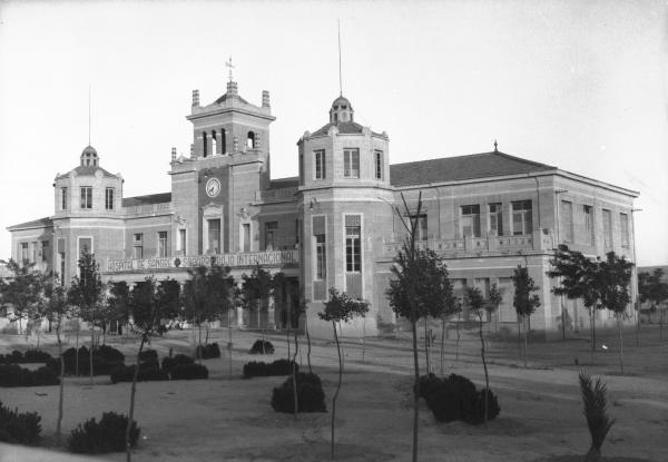 Colegio público Cervantes, Monóvar (Alicante). Fuente: http://bibliotecamonovar.blogspot.com/2016/03/descubreix-una-obra-el-grupo-escolar.html